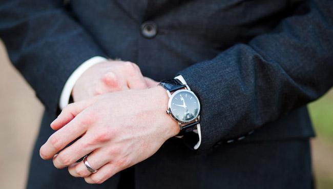Une belle montre au poignet du marié
