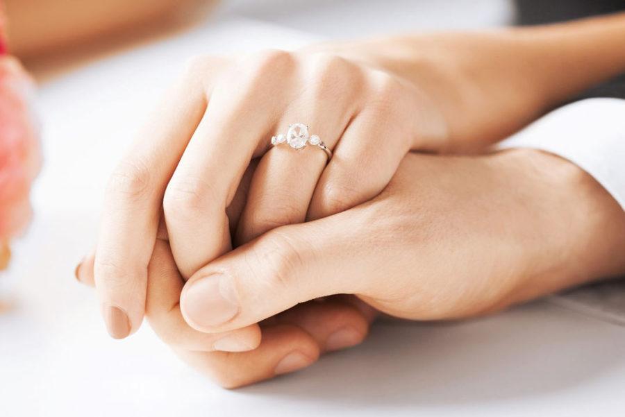 Quel doigt pour la bague de fiançailles ? - Le Journal Du Marié
